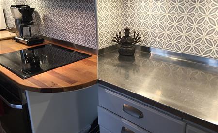 Listig lösning i köket! Rostfritt möter bänkskiva i trä samt bakkantslist följer med in på bänkskivan.