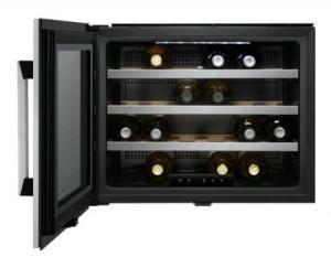 Ha din egen vinkällare - mitt i ditt egna kök. Vinkylen för inbyggnad rymmer 24 flaskor och är utrustad med 4 hyllor. Temperaturspann 5-18 grader. Vänsterhängd.